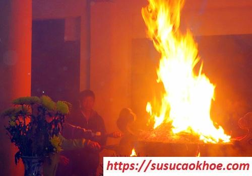 Cháy bát hương là điềm gì, tốt hay xấu, hên hay xui